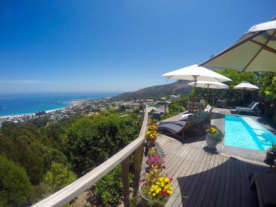 Boutique @ 10: Deck, heated pool, lounge chairs all overlooking Camps Bay