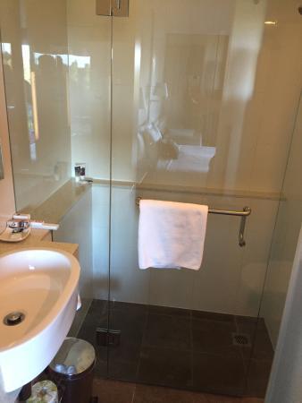 Mercure Melbourne Treasury Gardens: Clean Bathroom