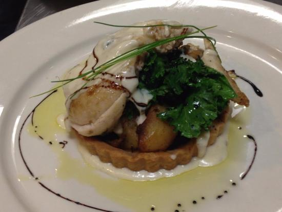 Danville, بنسيلفانيا: Rustic chicken tart with charred kale and balsamic reduction