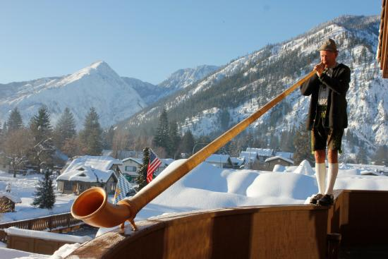 Enzian Inn: Mr. Johnson plays the Alphorn at breakfast