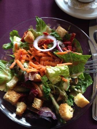 Angels Camp, Kalifornien: A great green salad with sun dried tomatoes in a great balsamic vinaigrette dressing.