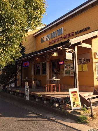 Aunty-Mee Burger: 外観は映画に出てくるな派手な黄色を基調とした店