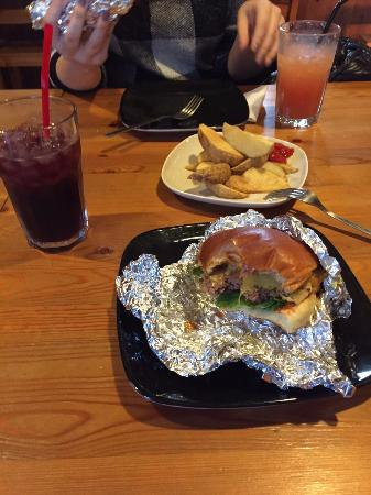 Aunty-Mee Burger: アルミホイルに包まれて出てきます