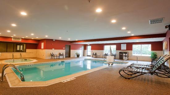 Riverwoods, IL: Newly Renovated area at the Swimming Pool, Holiday Inn Express