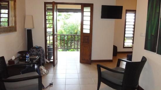 Mangoes Resort: Lounge area looking to garden