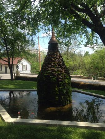 Lawrenceburg, KY: Fountain at the distillery