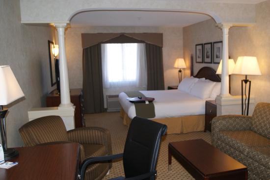 Hudson, MA: King Suite Guest Room