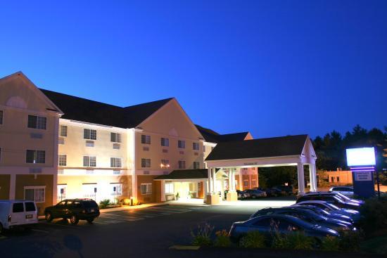 Hudson, MA: Hotel Exterior at Night