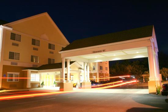 Hudson, MA: Hotel Exterior