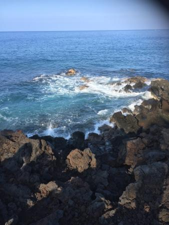 Keauhou Kona Surf & Racquet Club: Pictures of the patio and the water.