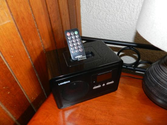 Silver Hills Motel: bed side table ipod docking station
