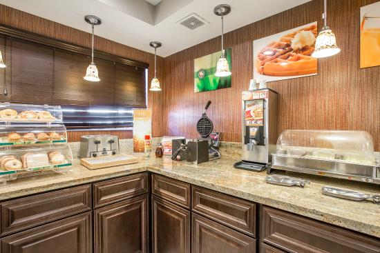 Quality Inn & Suites Woodland - Sacramento Airport: Breakfast