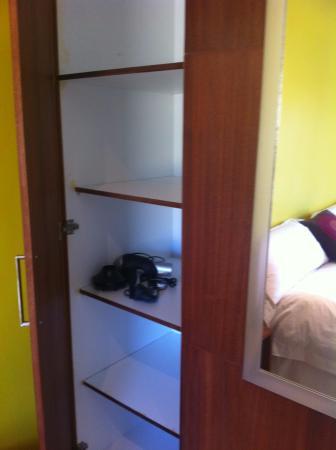 Gordon's Bay, Sydafrika: No hanging space in closet
