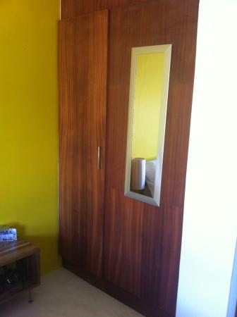 Gordon's Bay, Sydafrika: Closet - One door can't open.