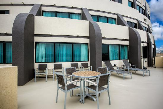 Holiday Inn Hotel & Suites Anaheim - Fullerton: Veranda Balcony Suite Patio Area off the King Suite