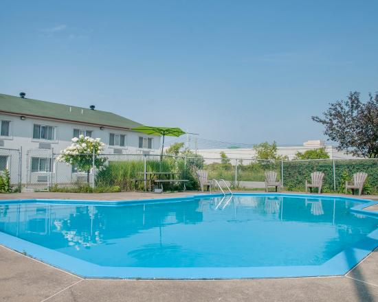 Econo lodge hotel reviews price comparison laval for Garden pool reviews
