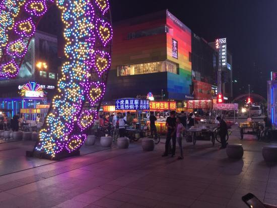 Shenyang, Kina: Shopping street at night
