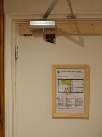 Rembrandtplein Hotel: Relaxo da adminstração! Olhe a parte interna da porta do quarto.