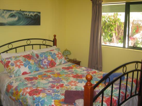 Karikari Peninsula, Neuseeland: The double room with a Queen bed at Karikari Lodge.
