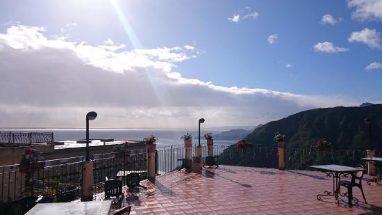 Hotel  Agostiniana: Vista desde la habitación, saliendo hacia la terraza.