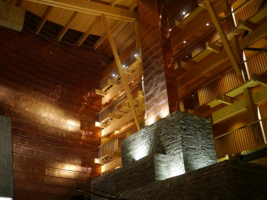 Copperhill Mountain Lodge: Enormous fireplace and copper clad will in atrium