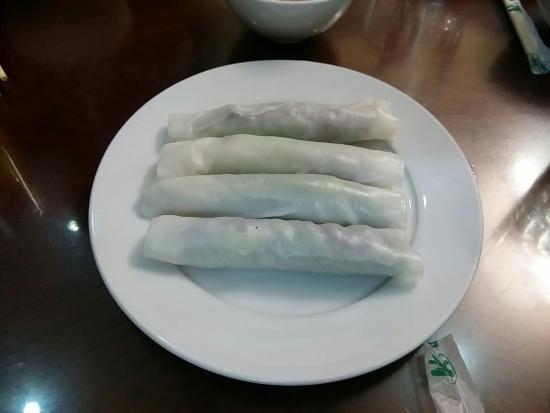 Phở Cuốn Hương Mai: 오토바이 푸드투어 신청하니.데려가준 식당이에요. 저사진에있는 음식 세가지 이름은 잘 모르지만 맛나게 먹었어요.코리안더.고수를 빼줘서 잘먹을 수 있었구요