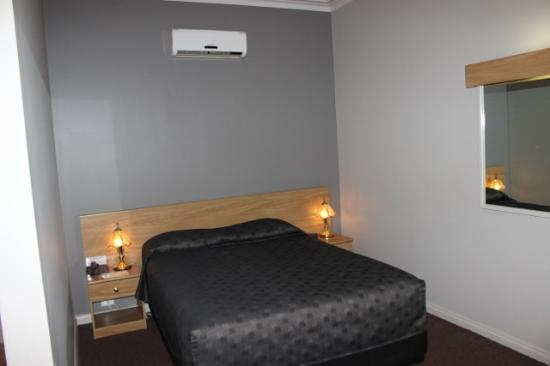 The Silver Haven Motor Inn: Queen size bed
