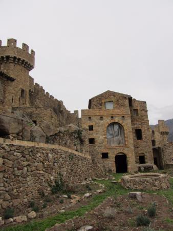 Cantallops, España: Dentro del recinte abajo del castillo