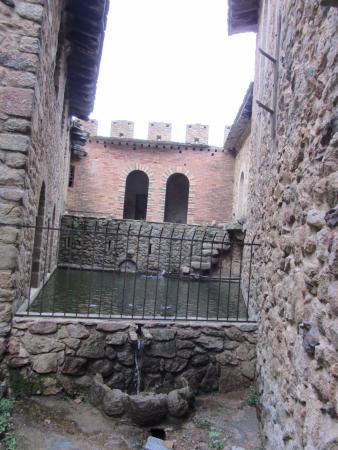 Cantallops, España: una cisterna/ piscina en la parte alta real de la casa