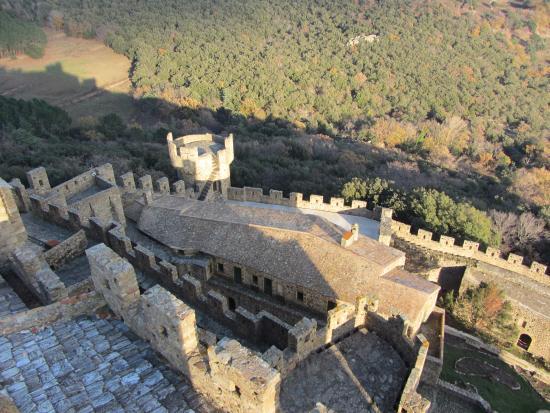 Cantallops, España: mirando abajo de arriba a una parte del gran recinto del castillo