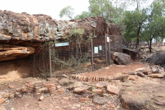 Mount Grenfell Historic Site: Rock ledge art site