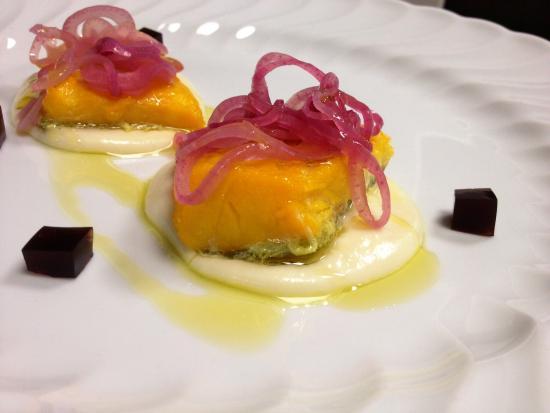 Montefiore dell'Aso, Italia: Baccalà marinato nello zafferano con cipolla rossa di Tropea e crema di cavolfiore
