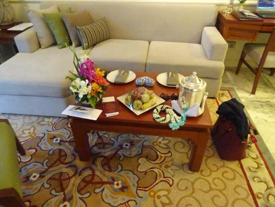 Royal Wing Suites & Spa: Daily fruit in Siute