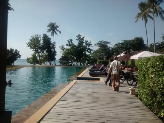 Gajapuri Resort & Spa: Vialetto e piscina