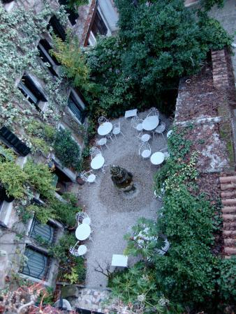 Hotel Flora: The beautiful outdoor garden