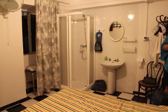 Pension San Benito Abad: bedroom with shower and hand basin in the corner