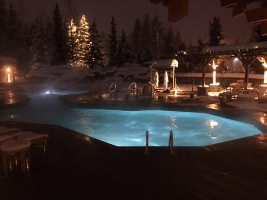 Four Seasons Resort and Residences Whistler: Outside heated pool