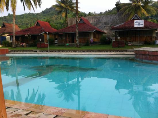 Ocean Queen Resort: kolam renang depan bungalow