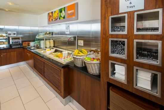 Holiday Inn Express Edinburgh - Royal Mile: Express Start Breakfast with sausages, scrambed eggs & beans