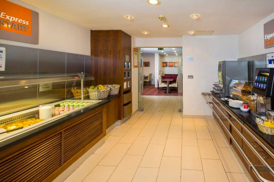 Holiday Inn Express Edinburgh - Royal Mile: Self service buffet breakfast with great continental options