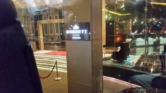 Dorsett Singapore: L'ingreso al'hotel con visibile la hall.