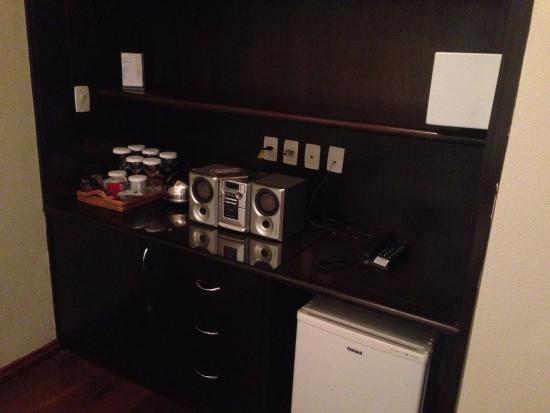 Kuriuwa Hotel: Cafetera, mesa de chá e geladeira