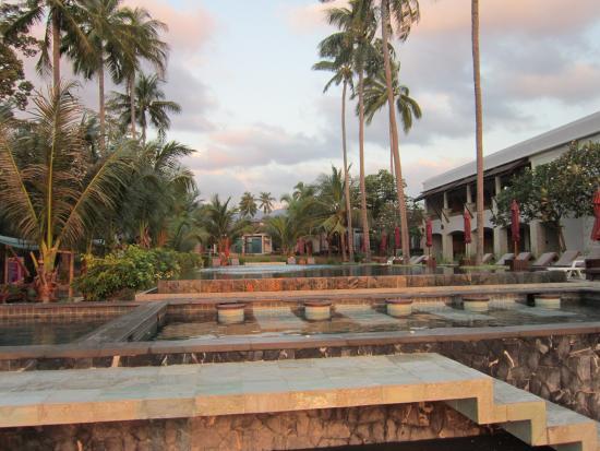 Weekender Resort & Hotel: Pool vom Strand aus