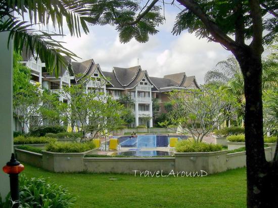 LHC Phuket Resort : อาคารเรียงกันไปรอบสนามกอล์ฟ