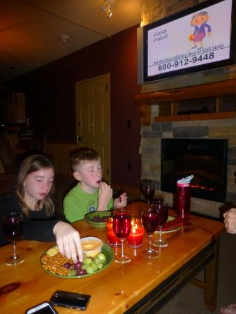 Glacier Canyon Lodge: Family time in the room!