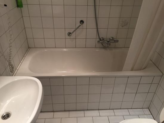 De gedateerde badkamer (kamer 248) - Foto van Fletcher Hotel ...