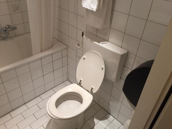 Design Badkamer Arnhem : De gedateerde badkamer kamer 248 picture of fletcher hotel