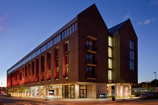Hotel Indigo Athens-University area: Hotel Exterior at Dusk