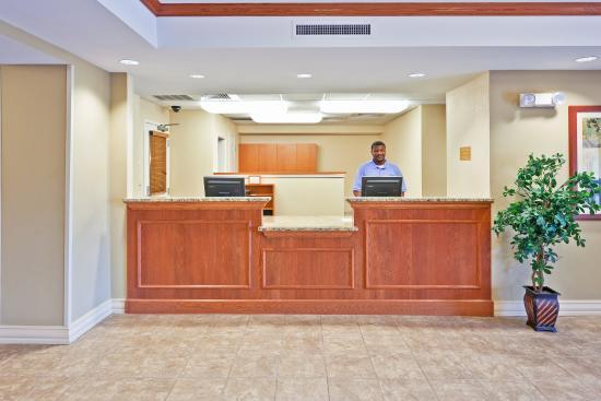 Candlewood Suites Flowood: Front Desk