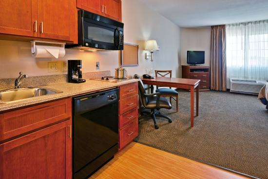 Candlewood Suites Flowood: Studio King Suite - Kitchen and Table